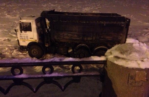 Самосвал вылетел в Неву на Октябрьской набережной – лед выдержал