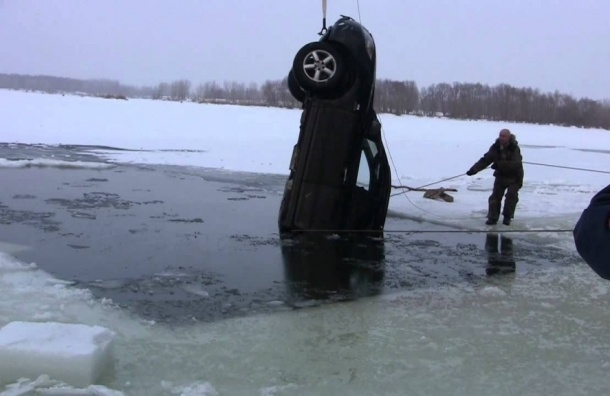 Легковушка с пассажирами провалилась под лед на Финском заливе