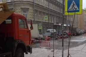 Трубопровод прорвало на улице Некрасова