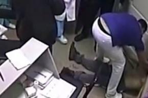 Жене врача, убившего пациента ударом, угрожают жестокой расправой