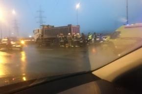 Очевидцы: легковушка влетела в грузовик на КАД