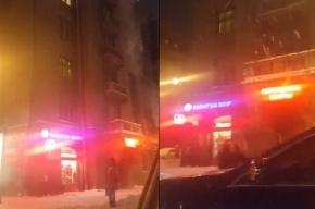 Коммунальщики сбрасывают снег с крыши на головы петербуржцев