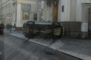 Иномарка вылетела на крыльцо храма святой Екатерины на Васильевском острове