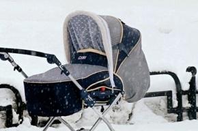 Грудного ребенка в коляске оставили на холоде на Охте