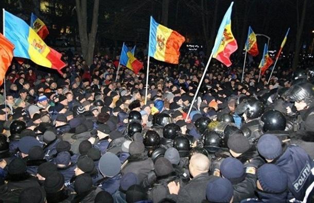 Бунт в Молдавии: протестующие штурмуют здание парламента, есть пострадавшие