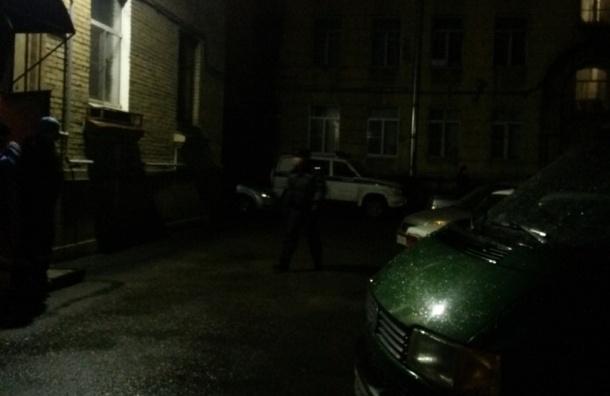 Жильцов дома на Октябрьской набережной эвакуировали из-за звонка о бомбе