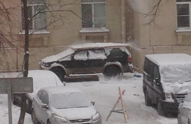 Машина, припаркованная на тротуаре, попала под «снежный обстрел»