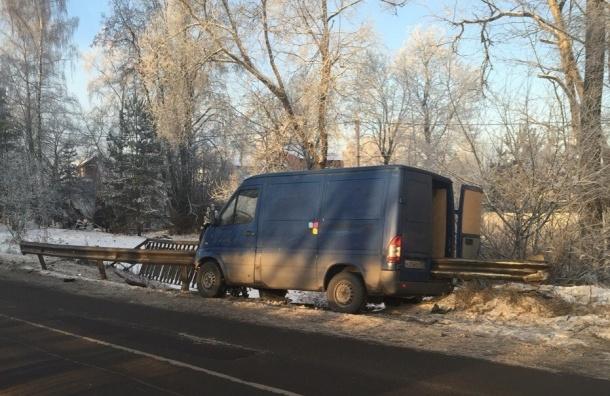 Отбойник насквозь пробил «Мерседес» в Пушкине