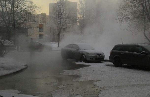 Кипяток затопил дворы на улице Дмитрия Устинова