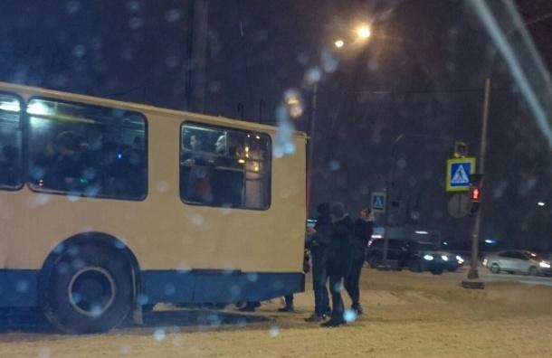 Троллейбус на «пассажирской тяге» увидели в сугробах на перекрестке в Петербурге
