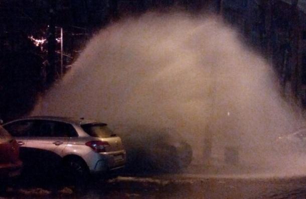 Фонтан холодной воды залил машины на улице Бассейной