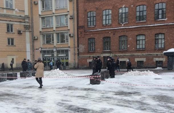 Юный хулиган бросил гранату в урну у входа в ТРК «Галерею»
