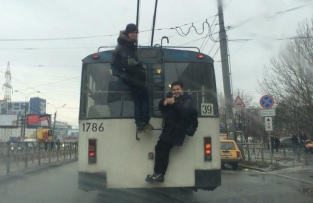 «Зайцы» оседлали троллейбус на Олеко Дундича