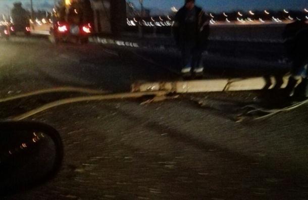Столб упал на дорогу на Октябрьской набережной