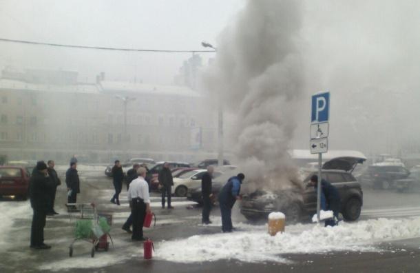 Внедорожник загорелся на парковке «Ашана» на Обводном канале