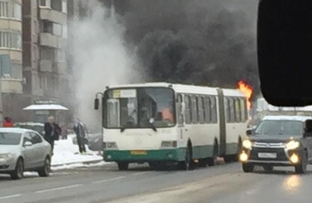 На Яхтенной загорелся пассажирский автобус