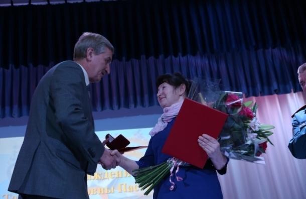 Крановщицу, спасшую в Петербурге рабочих, наградили сразу двумя медалями