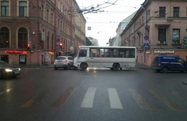 Авария с участием маршрутки и легковушки перекрыла Гороховую улицу