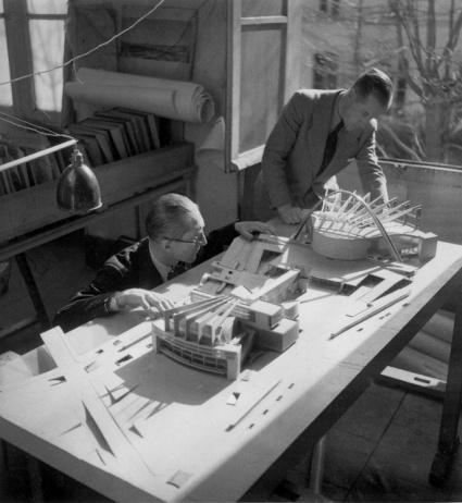 _Мастерская Ле Корбюзье на улице Севр. Ле Корбюзье за работой с Жозе Убрери, 1959