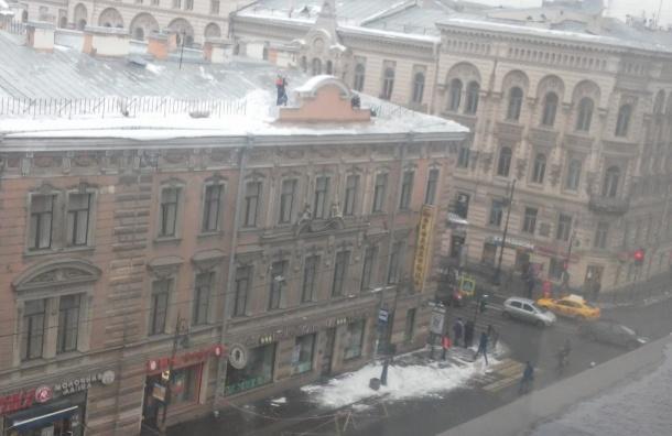 Очевидцы: снежная глыба убила человека на улице Пестеля
