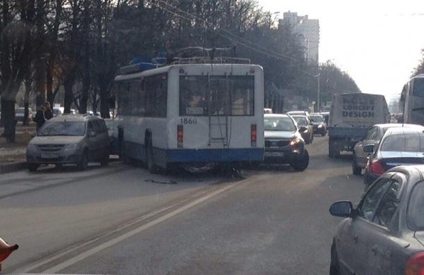 Троллейбус вылетел на встречку на проспекте Космонавтов
