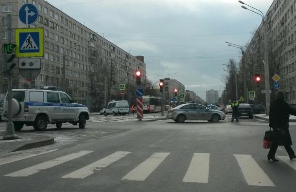 Несколько машин полиции оцепили трамвай на Купчинской в поисках бомбы