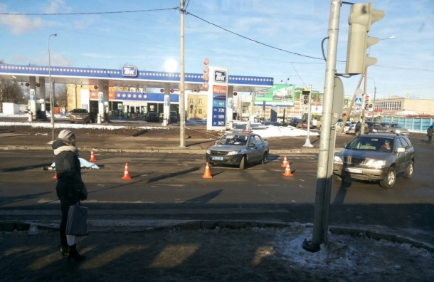 Очевидцы: Автомобиль раздавил голову мужчины на перекрестке Ириновского и Коммуны