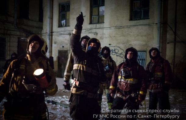 Крупный пожар тушили минувшей ночью в центре Петербурга