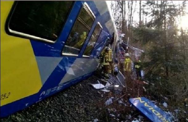 Столкновение поездов произошло в Германии, около 100 людей пострадали