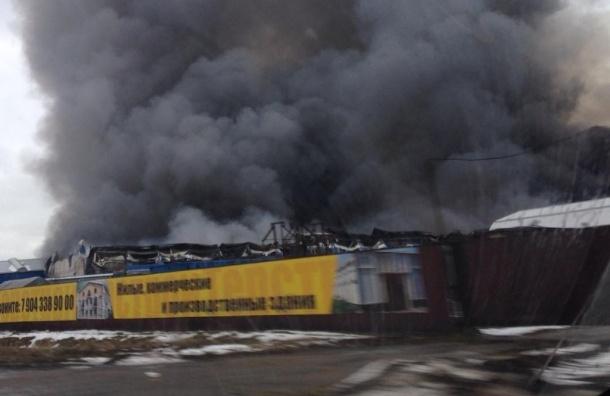 Вторые сутки в Колтушах тушат пожар на складе