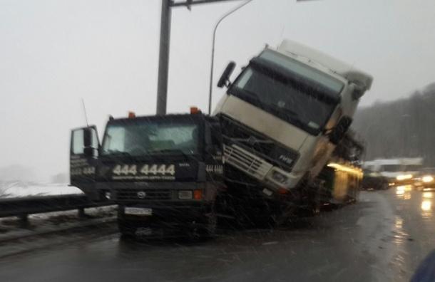 Грузовик «запрыгнул» на эвакуатор на Пулковском шоссе