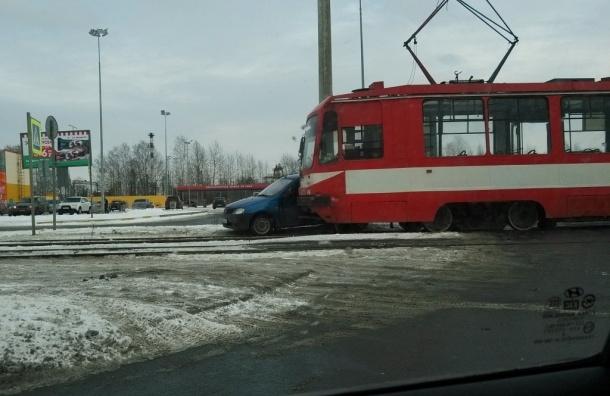 Трамвай протащил иномарку по путям на Руставели