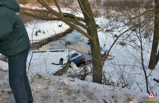 Автомобилистка съехала на легковушке в реку и чудом спаслась