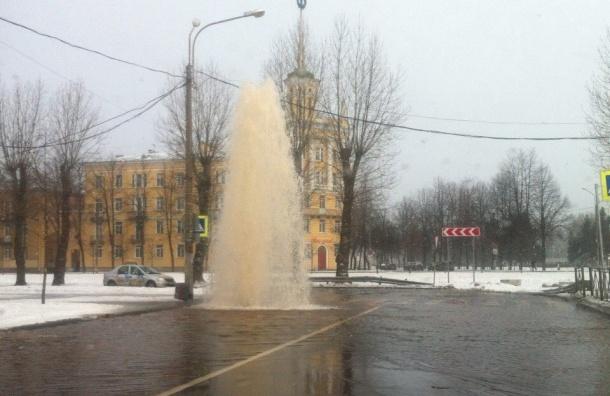 Гигантский фонтан воды забил из-под асфальта в Колпино