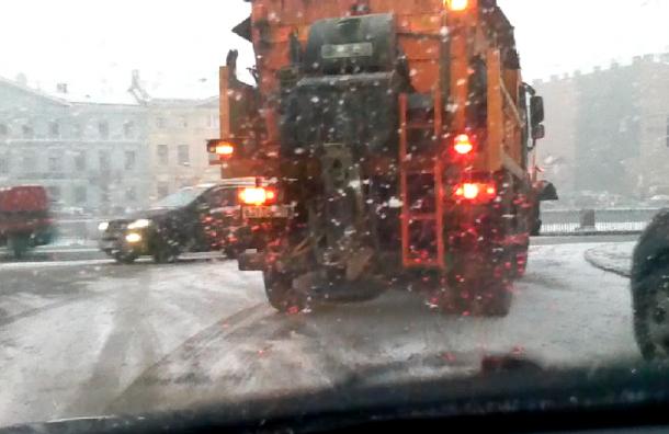 Транспорт с песком выехал для очистки улиц Петербурга