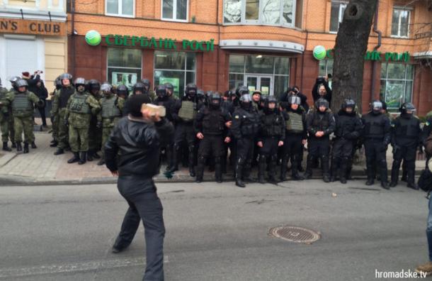 Погромы российских банков начались в Киеве