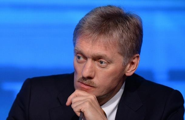 Кремль отказался комментировать инцидент с Тарасовым, надевшим майку с Путиным