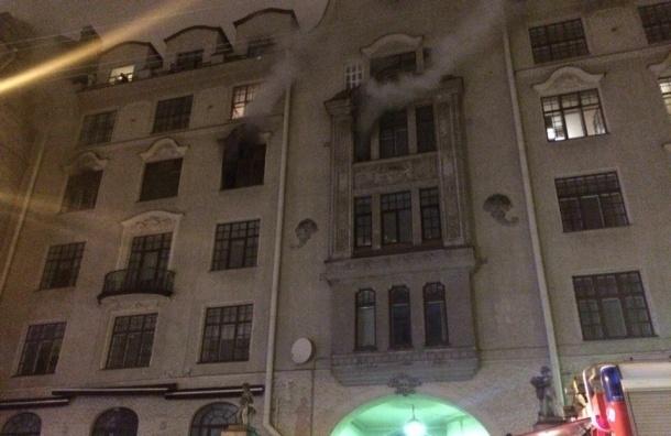 Три десятка машин и сотня человек тушили дом на улице Рентгена