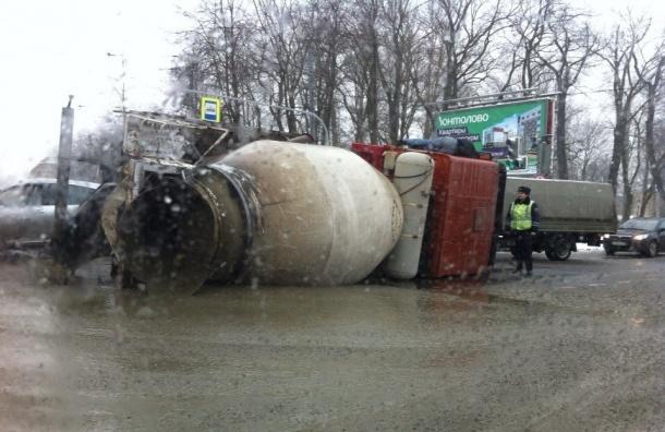 Перевернувшаяся бетономешалка залила бетоном проезжую часть на Петроградке