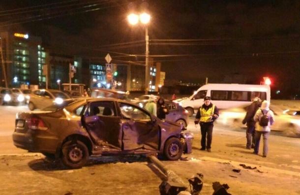 Светофор повалили на асфальт в результате аварии на Большевиков