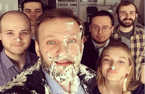 Неизвестные запустили тортом в Навального около офиса ФБК