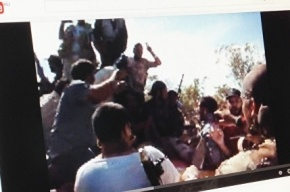 Видео последних минут жизни Каддафи опубликовали в сети