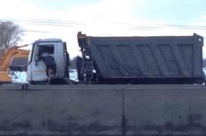 Водитель самосвала потерял сознание во время движения по Киевскому шоссе