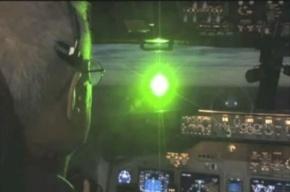 Хулиганы пытались ослепить лазером пилотов самолета с Папой римским