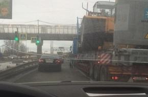 Большегруз не прошел под мостом на Витебском проспекте