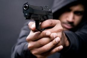 Разбойник с пистолетом ограбил бар на Просвещения на 144 тыс. рублей