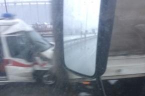 «Скорая» врезалась в фургон на КАД