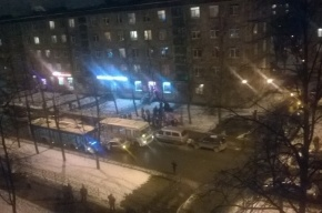 Легковушка столкнулась с автобусом на Елизарова