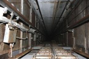 Рабочий упал в шахту с 8 этажа в Красносельском районе
