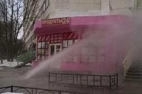 Фонтан кипятка хлещет по магазину на улице Есенина